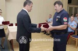 Főigazgatói ajándéktárgyat kapott egy hatvani tűzoltó
